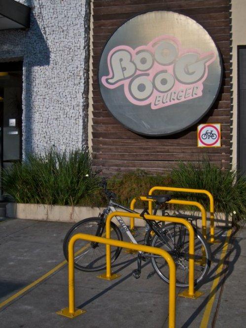 paraciclo que dá pra trancar bem a bicicleta, e permite estacionar várias.