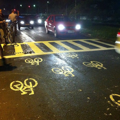 a faixa de pedestres pintada pelos cidadãos, e não pelo poder público. foto de sabrina duran