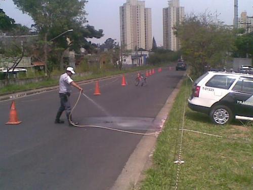 retirado o corpo, o policial lava o sangue para liberar a passagem de mais carros - foto de felipe aragonez