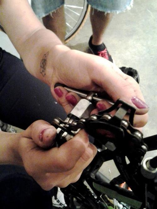 fernanda blandino mexendo na corrente da bicicleta. mas como, mulheres entendem de mecânica? só as subversivas...