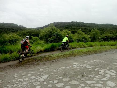 início da estrada de manutenção, eu de verde, atrás, luciana spedine. foto da anna
