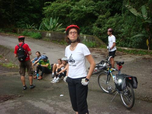 márcia prado na estrada de manutenão. foto de bicicletanarua.wordpress.com