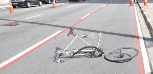 a bicicleta de david santos de souza, na faixa onde ocorreu o atropelamento. à esquerda, na foto, a marca de sangue onde seu corpo caiu.