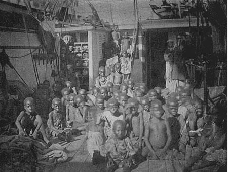 crianças escravizadas num navio negreiro apreendido pela marinha inglesa, em 1869.