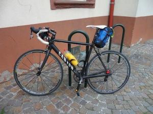 bicicleta de pouco mais de 7 kg sendo utilizada para cicloturismo na frança.
