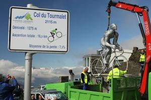 monumento a ciclistas isendo instalado no col du tourmalet. ao lado, a placa com informações aos diversos ciclsitas que vão para lá durante o ano inteiro tentar a subida lendária.