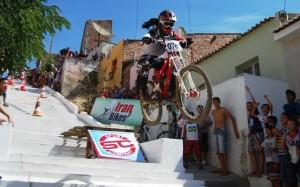 escadaria do mont serrat, em santos. a molecada torcendo e adorando a competição que torna seu bairro conhecido nacionalmente.