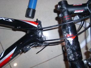 specialized tarmac falsa. imaginem o estrago no ciclista depois do tombo que essa fratura no quadro causou.
