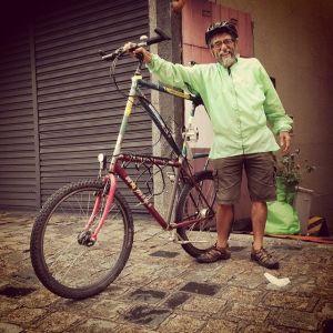 pereira. irmão espiritual do carlos gallo. montou ele mesmo essa tall-bike. veio pedalando-a para o fórum mundial da bicicleta em curitiba. foto gentilmente furtada de thiago benicchio.