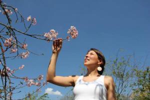 juliana ingrid dias. julie. adorava pedalar, adorava as flores. plantava árvores coloridas na cidade cinza.