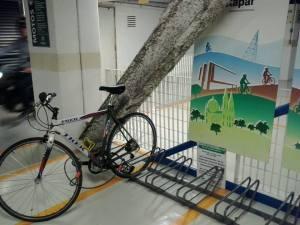 paraciclo tipo entorta-rodas, de chão, do bicicletário do shopping frei caneca.