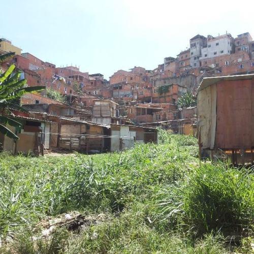 jd paraná, brasilândia são paulo - sp. seu morador não pdoe atravessar as pntes da marginal para chegar ao seu trabalho,a pé ou em bicicleta. tem que pagar condução, ou sonhar com um carro, de qualquer forma, contribuindo para o congestionamento do trânsito.  foto de carlos vitor.