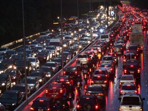 avenida 23 de maio no dia 23 de maio. trânsito nos dois sentidos, pois todo mundo está no lugar errado e precisa voltar para casa.