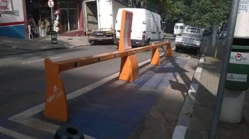 estação de aluguel de bicicletas completamente vazia em dia de greve de motoristas de ônibus e cobradores em são paulo.  foto de maurício bussab.