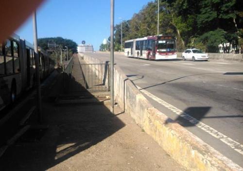 grade em passarela na região central de sp. foto de wagner hirata