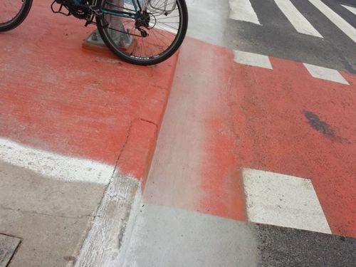 mero descaso ou para fazer o ciclista cair?