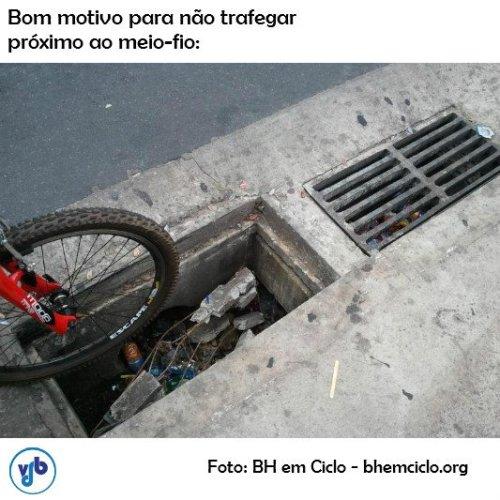problemas na sarjeta, em foto do vá de bike. clique na foto e leia o excelente texto tratando do assunto.