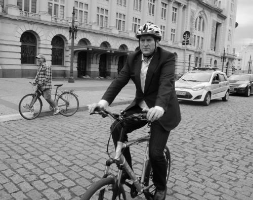 jilmar tatto em sua bicicleta. só falta tirar o capacete pra caracterizar o momento cycle-chic na frente da sala são paulo.