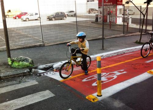 menino em ciclovia recém-inaugurada em são paulo. dia bem frio, mas demanda há.