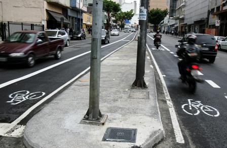 motofaixa na rua vergueiro, com bicicletinha pintada por ativistas
