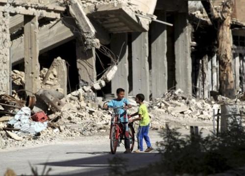 crianças brincam em meio aos escombros, deir al-zor, síria, 07.07.2013