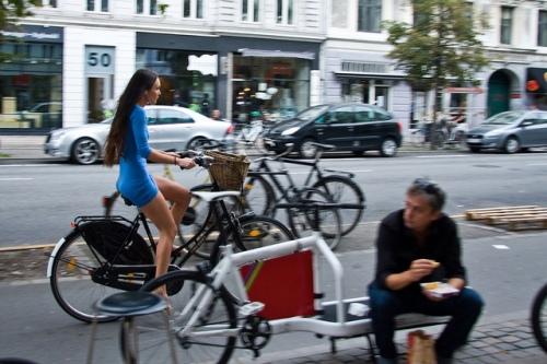 festa em frente de bicicletaria em copenhagen. clique na imagem e veja o post no copnehagen cycle chic