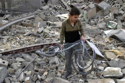 fallujah, 26.10.2004. menino retira sua bicicleta dos escombros de um prédio destruído por forças americanas.