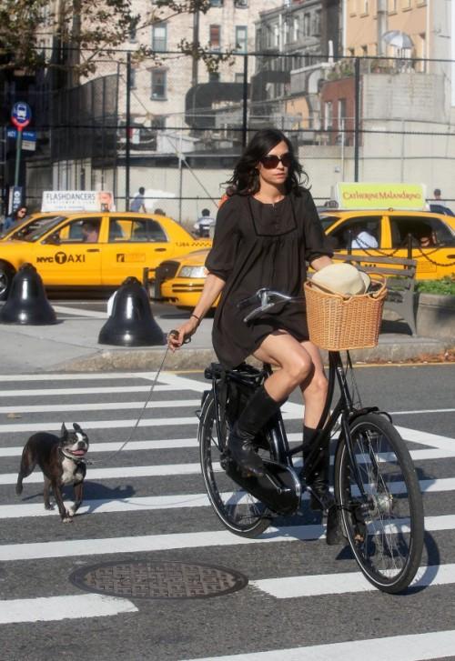 famke janssen, que, nolandesa que é, habiatualmente pedala ond emora, mesmo que seja n. york.