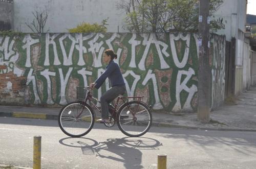 mulher em sua bicicleta, no jardim helena, são paulo. foto de Antonio Miotto
