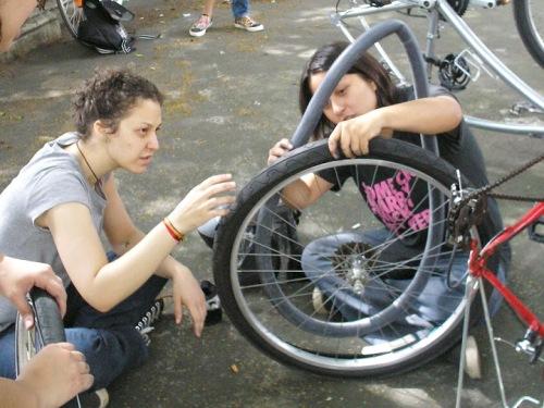 encontro das pedalinas. talita noguchi ensinando a trocar a câmara.