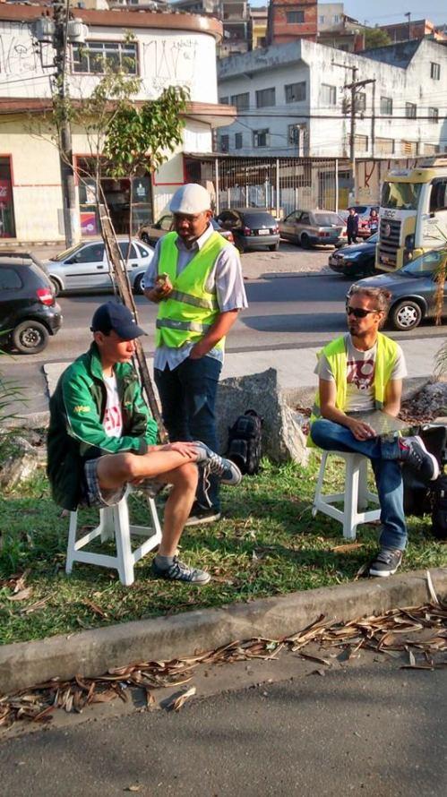 os voluntários pedro, robersone bruno, na beira da ciclovia da inajar de souza. foto Antonio Miotto.