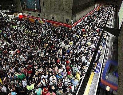 estação sé do metrô de são paulo, às 18 hs.