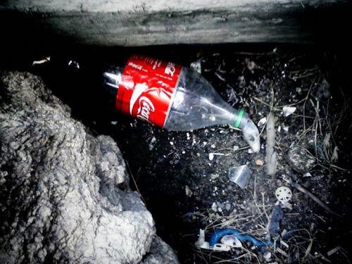 lixo trazido pela arrebentação, acumulando-se em pedras à beira-mar, em são francisco do sul - sc. foto de juliana diehl.
