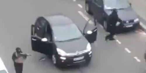 irmãos kouachi e o carro que usaram na ação. é difícil tocar o terror a partir de bicicletas....