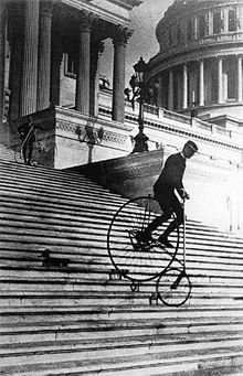 will robertson descendo a escadaria do capitólio americano em 1885, par ademonstrar a estabildiade de uma bicicleta de segurança da marca american star bicycle