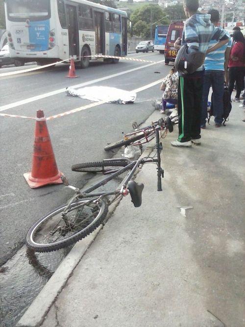um corpo no chão. as bicicletas ao lado. uma esposa em choque.