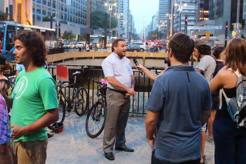 ciclista rechonchudo dando entrevista, em foto de ivson miranda.