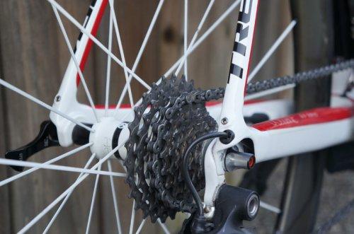 detalhe dos olhais para colocar bagageiro e/ou para-lamas numa trek domane 2013 co quadro em fibra de carbono. se você não sabe por que essa cara bicicleta de competição vem com esses detalhes, precisa pedalar mais.