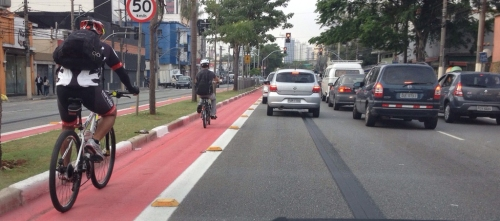 ciclofaixa na esquerda, na avenida jabaquara.