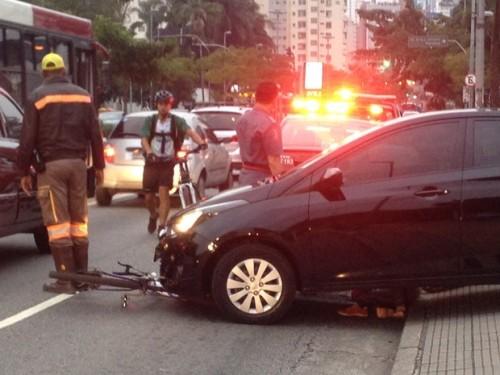 avenida 9 de julho. tarde de 6 de maio, a motorista aloprada atropela a ciclista.
