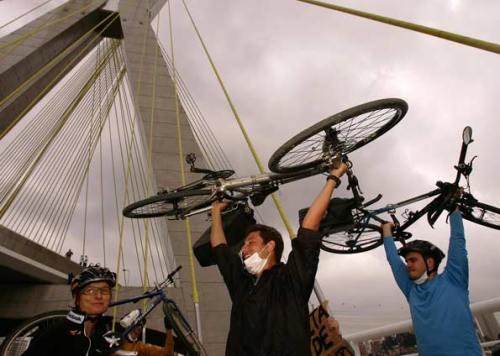 Protesto na inauguração da Ponte Estaiada, em 2008: ponte sem calçadas nem ciclovia. Clique na imagem e saiba mais.