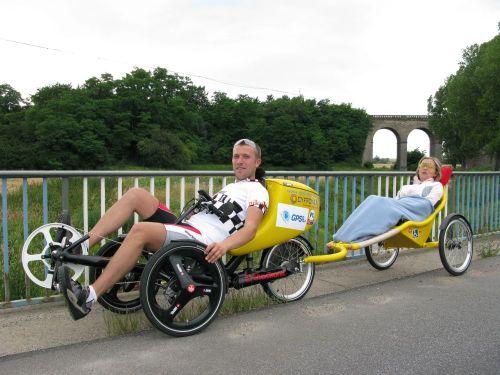 piotr & agatha. ela é tetraplégica. viajam juntos em bicicleta. clique na imagem e leia mais.