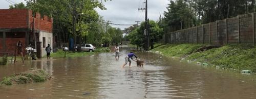 """las tunas, ao lado do """"countrie"""" el encuentro. note à direita o quanto o solo do condomínio murado foi levantado. hoje o bairro ao lado sofre com sucessivas inundações."""