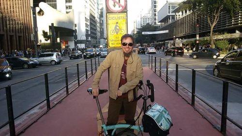 a bike é dele, os óculos são dele, a cara é dele, o celular é dele, mas a foto é minha e a ciclovia é nossa.