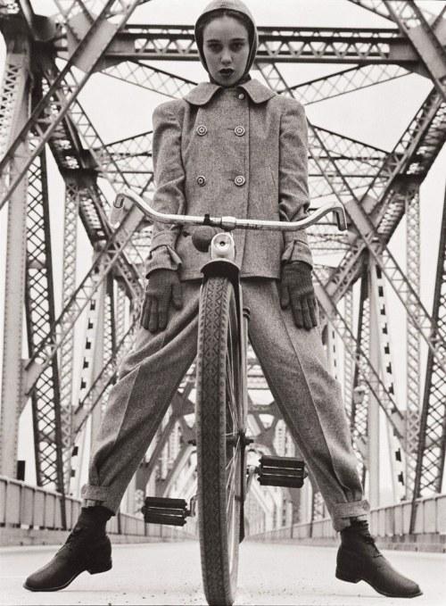 menina em bicicleta. a liberdade: usar calças e pedalar qualquer bicicleta. c. 1950