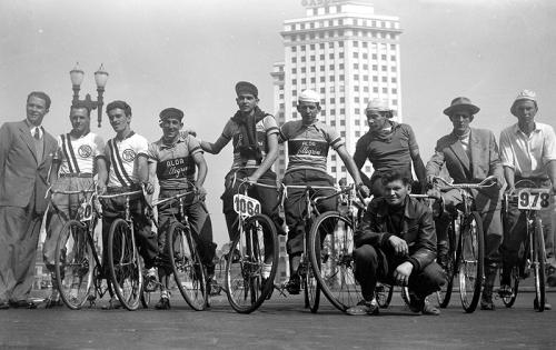 Ciclistas antes da largada prova Ciclística 9 de Julho de 1933. O evento organizado pelo jornal A Gazeta contou com a participação de 373 ciclistas. A larga foi na Avenida Paulista (Praça Olavo Bilac).