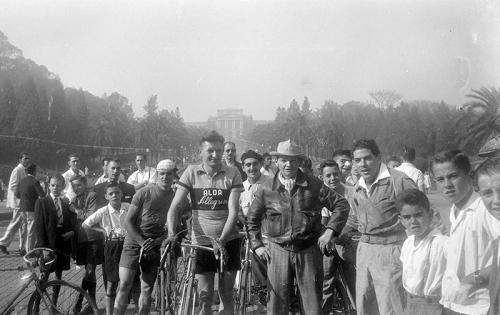 Reprodução de foto histórica da Prova Ciclística Internacional 9 de Julho de 1933. Na foto, ciclistas durante a largada da prova, em 1934.