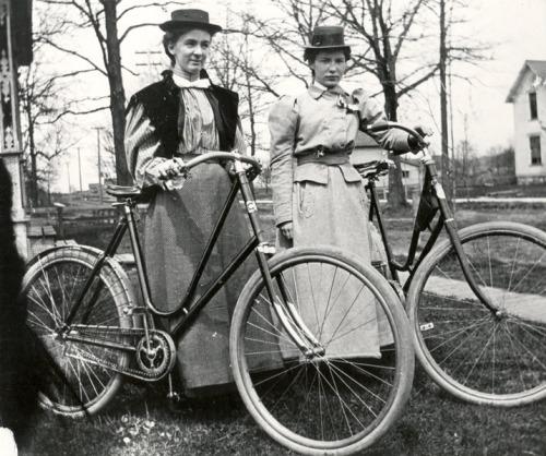 mulheres e suas bicicletas em c. 1900. note o tubo superior em U profundo e guarda-saias presos ao paralama traseiro.