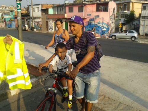 colete para o pai, segurança para o filho. foto de roberson miguel