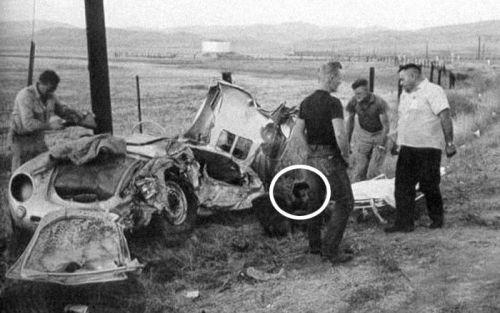 """""""live fast, die young"""". No círculo, o corpo sem vida do ator de 24 anos, James Dean, morto em 1955 numa batida com seu Porsche."""